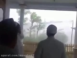 طوفان وحشتناک در اندونزی که باشروع أذان گفتن سبحان الله