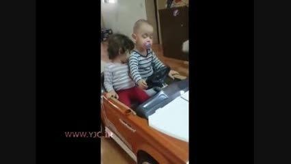 خوابیدن دو کودک هنگام بازی