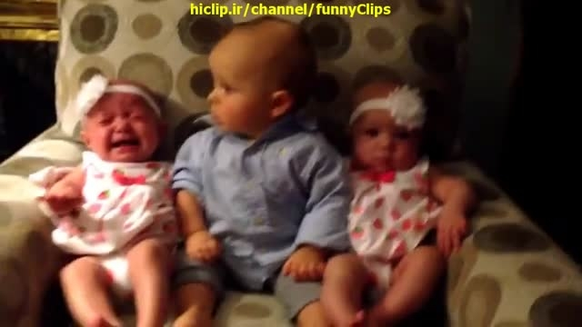 تعجب بچه از دیدن دو قلو ها
