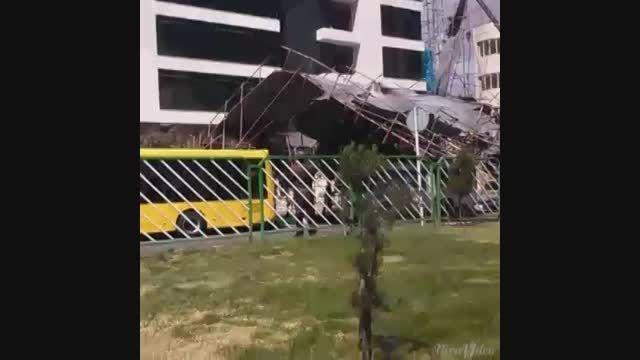 سقوط داربست بر اثر طوفان در قم