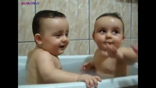 شنا کردن 2 تا کودک لخت لخت تو حمام
