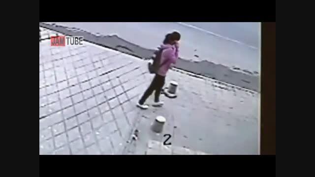 ناپدید شدن ناگهانی دختر چینی در پیاده رو