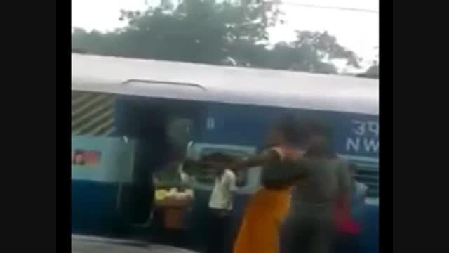 کتک خوردن مأمور قطار از یک زن مسافر!!