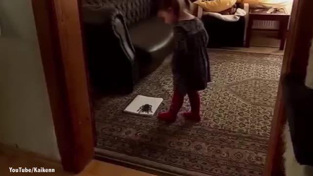 فریب خوردن دختر بچه با نقاشی سه بعدی رتیل