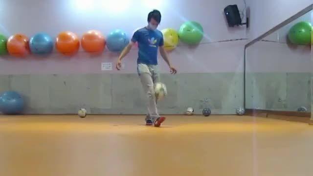 اعجوبه فوتبال حرکات نمایشی تکنیکی با توپ فوتبال