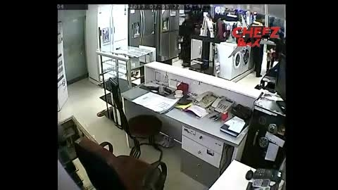 مادری که بچه شو مجبور به دزدی میکنه :(