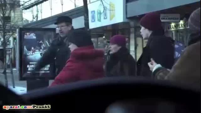 دزدین خانم جوان وسط خیابان و واکنش مردم(دوربین مخفی)