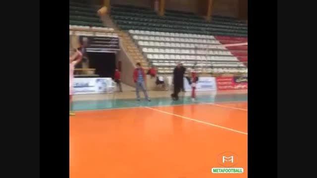 والیبال بازی کردن ازمون با پدرش