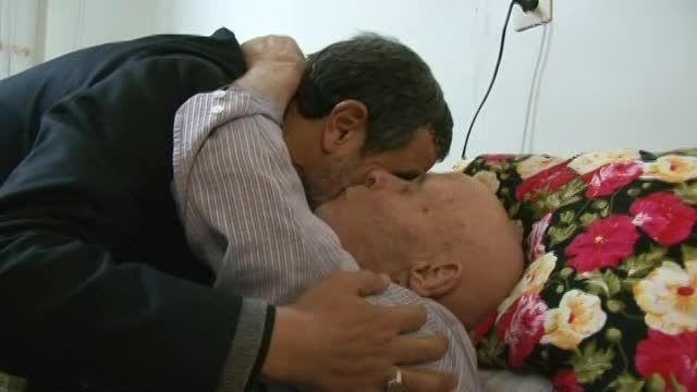 عیادت دکتر احمدی نژاد از پدرشهید زحمتی 1 اسفند 93 تبریز