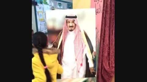 بیعت دانش آموزان با عکس پادشاه جدید عربستان