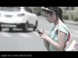 خطرات استفاده از موبایل در خیابان