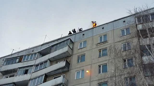 یک جوان خود را آتش زد و از طبقه نهم به پایین پرید! 18+