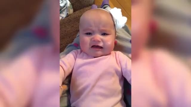 تیلور بچه ای که داره گریه میکنه رو اروم میکنه