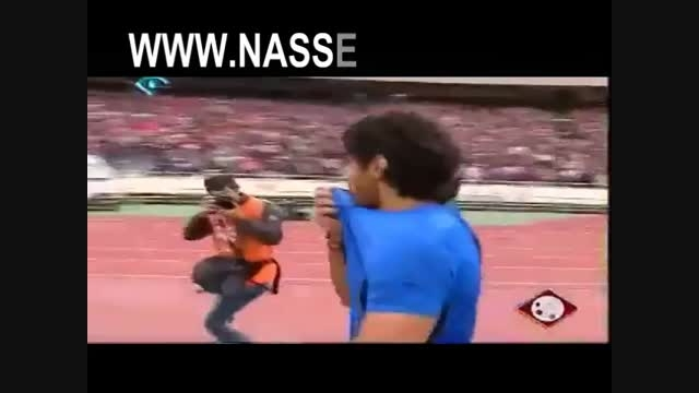 ویدئوی کامل بوسه فرهاد مجیدی به لباس آبی و نشان دادن ۴