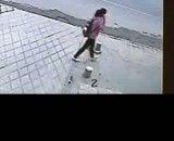 ناپدید شدن دختر چینی در حفره ایجاد شده در پیاده رو
