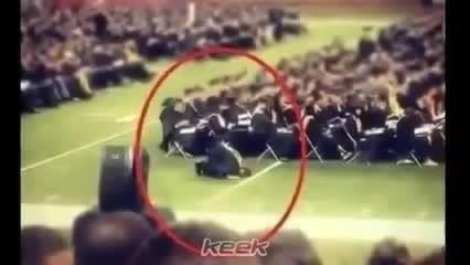 نماز خواندن جوان آمریکایی مسلمان بدون شرم در مراسم