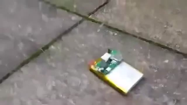 ایامیدانیددرصورت سوراخ شدن باطری موبایل باچاقوچه میشود
