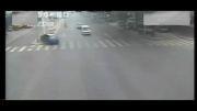 چپ کردن ماشین در چراغ قرمز