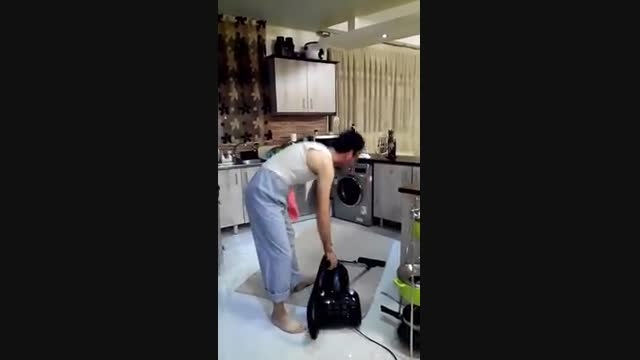 زن ذلیل ترین مرد دنیا درحال نظافت خانه و بسیارخوشحال