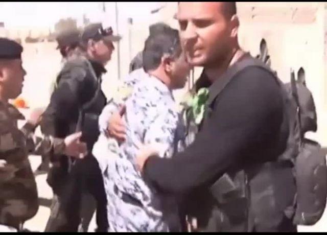 بوسه وزیر کشور عراق بر دست یک سرباز