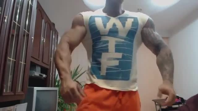 بدنساز 20 ساله با عضله تکه تکه باحال