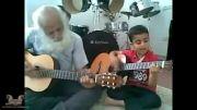 گیتار نواختن زیبای یک کودک و پدربزرگش