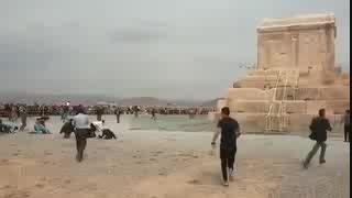 فیلم حیرت انگیز به خاک افتادن مردم مقابل آرامگاه کوروش