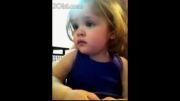 کودک خردسالی که با شنیدن ترانه عروسی پدر و مادرش گریه میکند