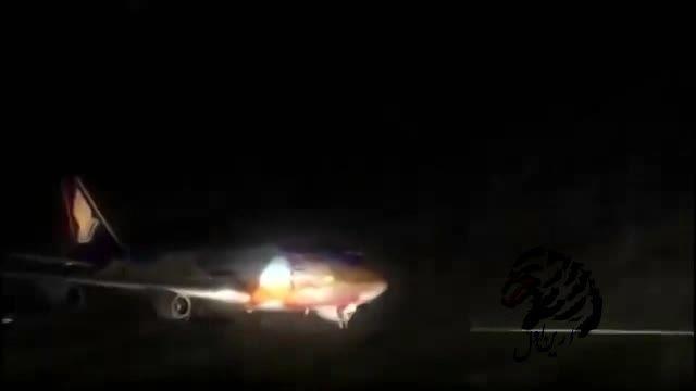 انفجار و نصف شدن هواپیما در باند فرودگاه