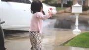 شادی زیبای دختر بچه ی یک ساله از دیدن باران برای اولین