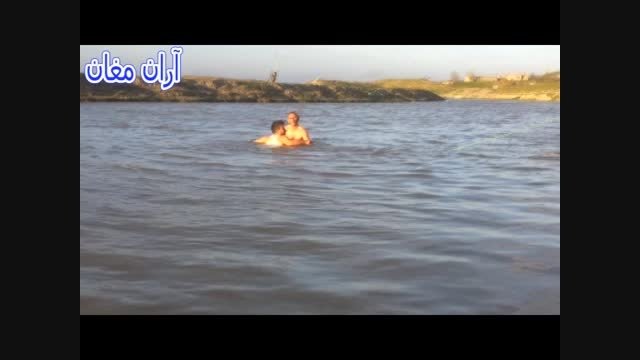 نجات معجزه آسای راننده نیسان و دخترش از غرق شدن در آب