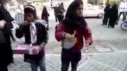 خواننده گی دو دختر در بازار تهران برای کسب روزی