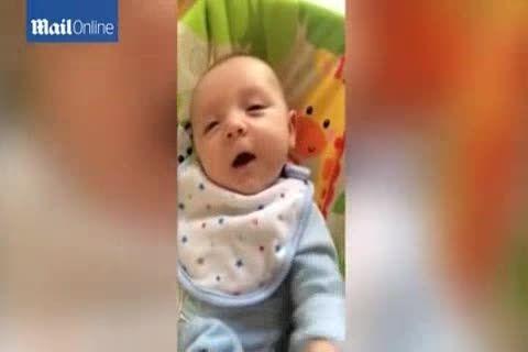 نوزاد ۷ هفته ای به مادرش سلام می کند!