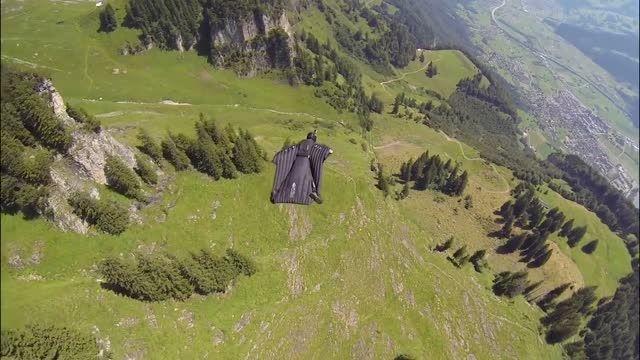 پرواز شگفت انگیز شناور شدن بر فراز آسمان سوییس