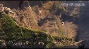 پرواز هیجان انگیز انسان برفراز کوهستان با لباس جدید و عجیب