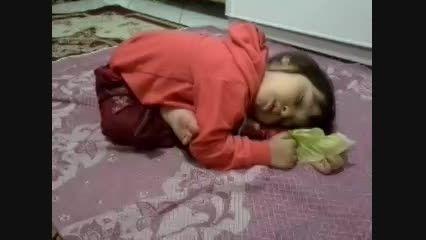 تا حالا دیدی کسی اینجوری بخوابه؟؟؟؟؟؟ حالا ببین!!!!!!!