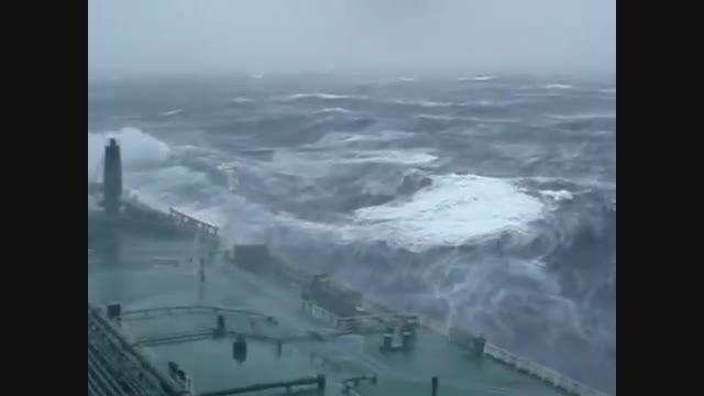 گرفتاری یک تانکر بزرگ در یک طوفان وحشتناک آتلانتیک