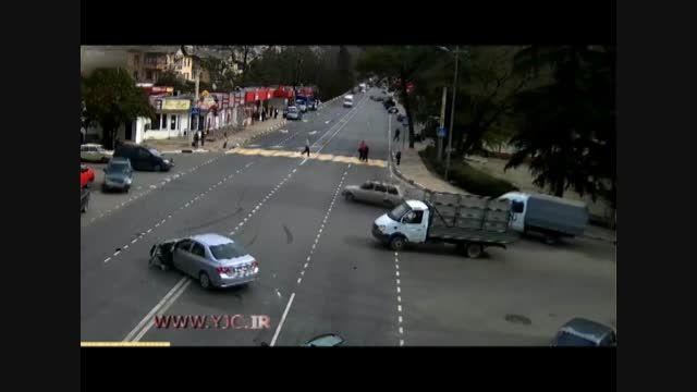 پرت شدن راننده خودرو از شیشه جلوی خودرو در تصادف شدید