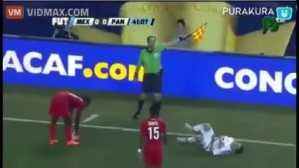 حرکت عجیب فوتبالیست در زمین فوتبال ...!