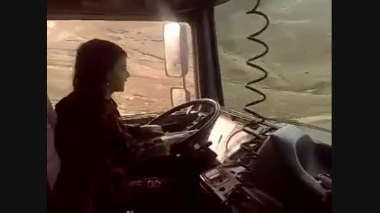 رانندگی دختر خردسال ایرانی با ماشین سنگین در جاده