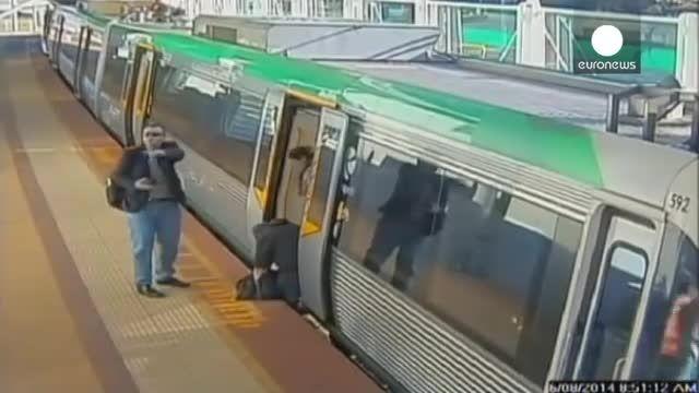 مردی که پایش در لبه قطار مترو گیر می کند....