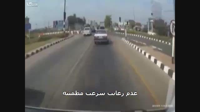 تصادف موتورسواران ناشی از تغییر مسیر ناگهانی خودروها