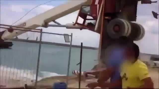 واژگون شدن جرثقیل در دریا!!!