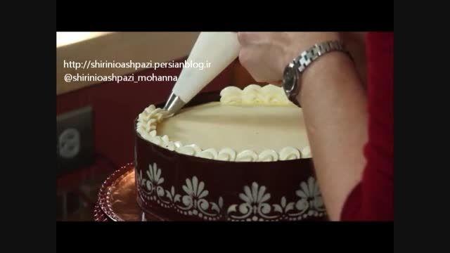 کار با شکلات برای تزیین یک کیک زیبای شکلاتی