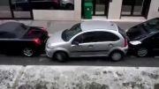 پارک کردن بسیار جالب ماشین توسط این خانم؛تعجب نکنید