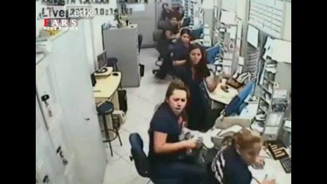 زنان نترس سارق را کتک زدند و دستگیرش کردند!!!!