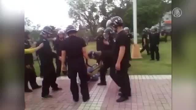 پلیس وحشی وقتی بچه را زد مادرش گریه کرد