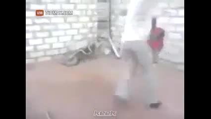 کتک خوردن بچه به خاطر لایی زدن!!