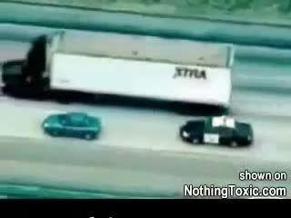 تصادف خودروی سواری با کامیون هنگام فرار از دست پلیس