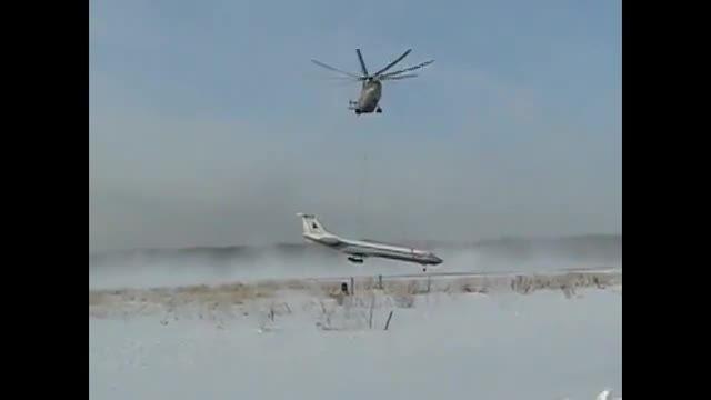 بزرگترین هلیکوپتر جهان و لیفت یک هواپیما